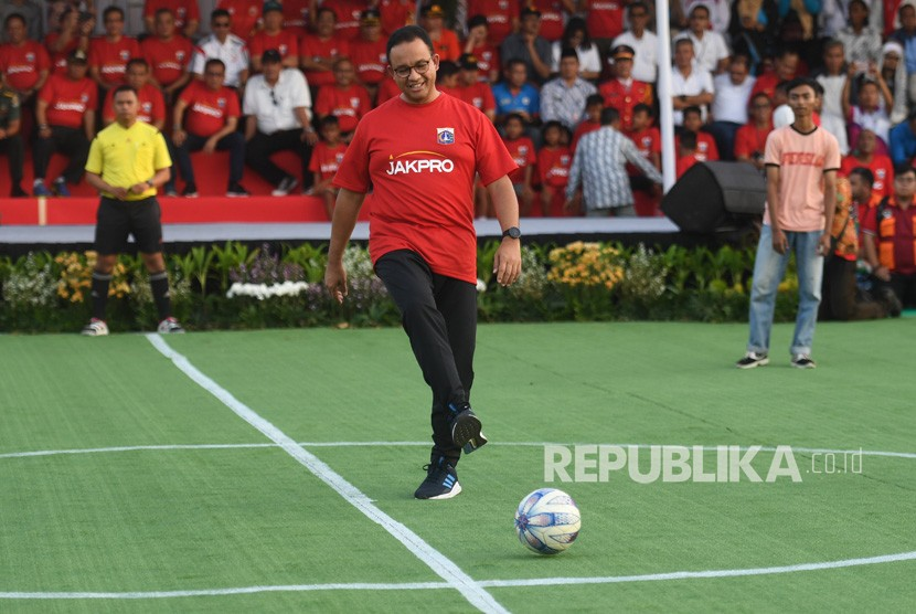 Gubernur DKI Jakarta Anies Baswedan melakukan kick off yang menandakan dimulainya pembangunan Jakarta International Stadium di Jakarta, Kamis (14/3/2019).