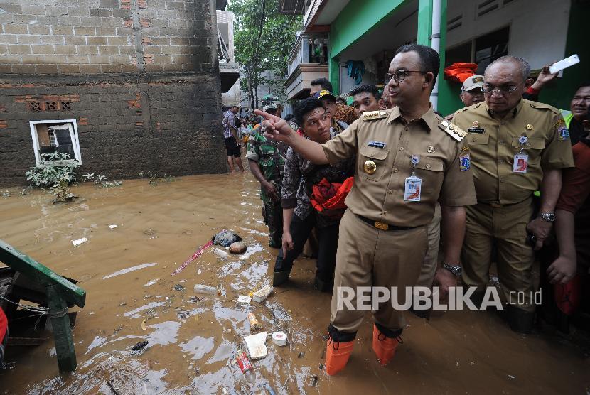 Gubernur DKI Jakarta Anies Baswedan melakukan kunjungan ke wilayah yang terkena banjir di Gang Arus, Cawang, Jakarta Timur, Selasa (6/2).