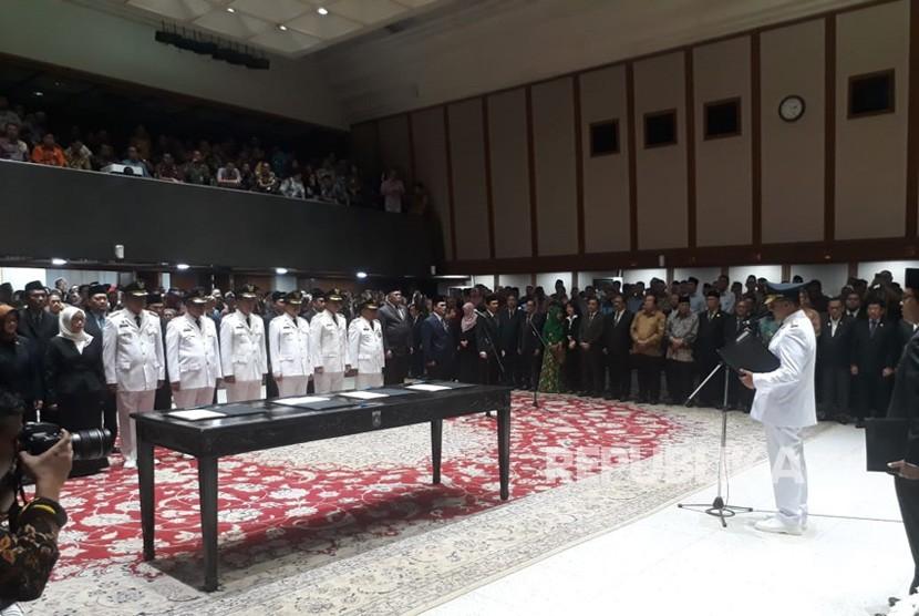 Gubernur DKI Jakarta Anies Baswedan melantik lima wali kota administrasi dan bupati Kepulauan Seribu serta beberapa pejabat eselon II di Balai Kota, Kamis (5/7).