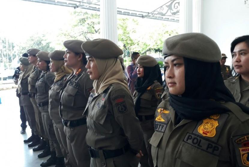 Gubernur DKI Jakarta Anies Baswedan melepas 30 anggota Satuan Polisi Pamong Praja (Satpol PP) perempuan di Balai Kota, Kamis (29/3). Mereka ditugaskan untuk memastikan penutupan PT Grand Ancol Hotel selaku pengelola Alexis.