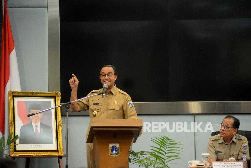 Gubernur DKI Jakarta Anies Baswedan memberikan pengarahan saat rapat pengenalan SKPD di Ruang Pola Blok G, Balai Kota, Jakarta, Selasa (17/10).