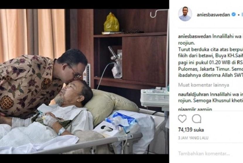 Gubernur DKI Jakarta, Anies Baswedan menggunggah foto saat ia mencium almarhum Abuya KH Saifuddin Amsir di rumah sakit.