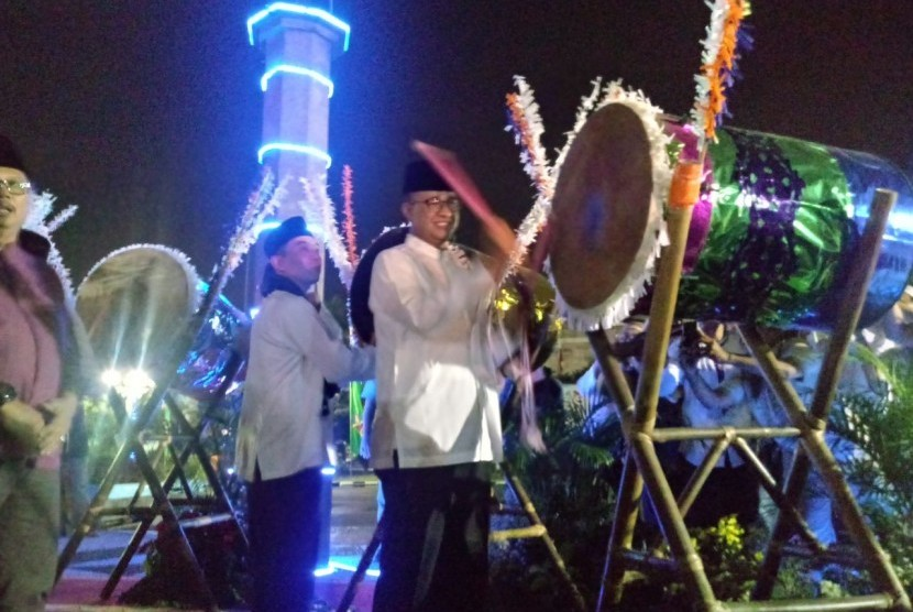 Gubernur DKI Jakarta Anies Baswedan menghadiri acara malam takbiran di halaman Kantor Walikota Jakarta Selatan, Kamis (14/6). Anies melafazkan bacaan Takbir dan menabuh bedug bersama Walikota Jakarta Selatan Tri Kurniadi.