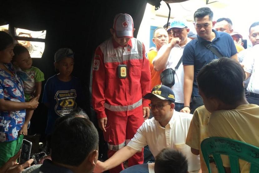 Gubernur DKI Jakarta Anies Baswedan mengunjungi lokasi kebakaran yang hanguskan ratusan rumah di Kampung Bandan RW 05, Ancol, Pademangan, Jakarta Utara pada Ahad (12/5).