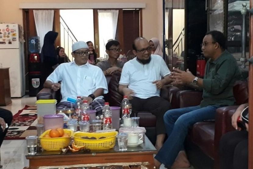 Gubernur DKI Jakarta Anies Baswedan mengunjungi penyidik KPK Novel Baswedan, di kediamannya di daerah Kelapa Gading, Jakarta Utara, Ahad (25/2)