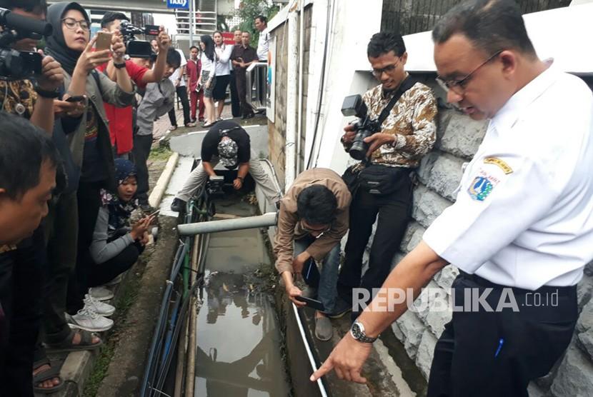 Gubernur DKI Jakarta Anies Baswedan meninjau lokasi banjir yang terjadi pada Senin (11/12) lalu di Jalan Rasuna Said, Kuningan, Jakarta Selatan, Rabu (13/12).