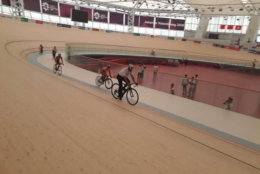 Gubernur DKI Jakarta Anies Baswedan menjajal lintasan Jakarta International Velodrome saat melakukan persemian velodrome yang akan digunakan lokasi pertandingan Asian Games 2018, Rabu (15/8)