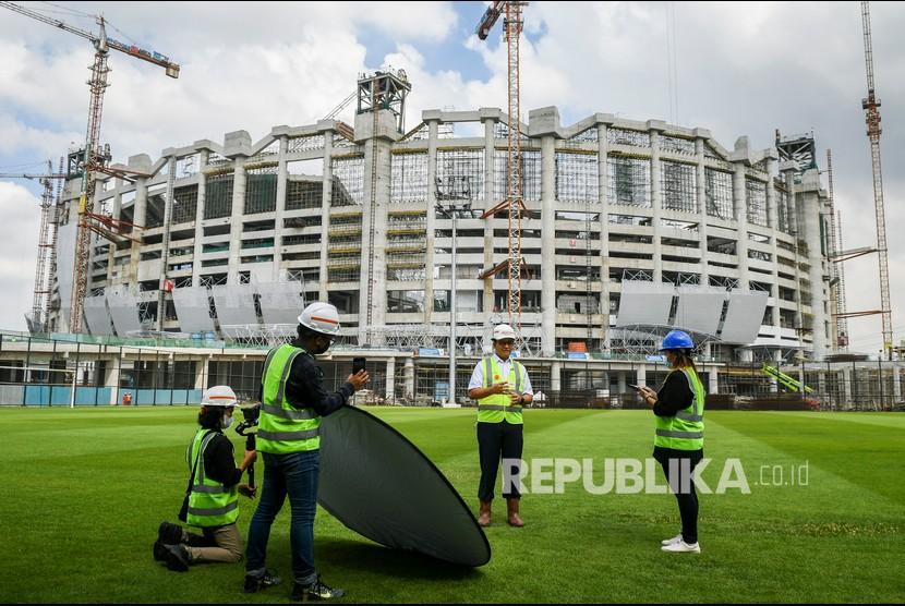Gubernur DKI Jakarta Anies Rasyid Baswedan meninjau proyek Jakarta International Stadium (JIS) .