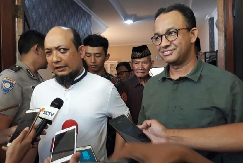 Gubernur DKI Jakarta Anies Baswedan menjenguk Novel Baswedan di kediaman penyidik KPK itu di Kelapa Gading, Jakut, Ahad (25/2)
