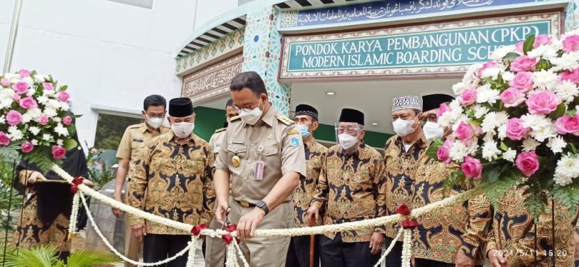Gubernur DKI Jakarta Anies Baswedan meresmikan gedung asrama santri Pesantren Modern PKP Jakarta Islamic School, pada Selasa (11/5).
