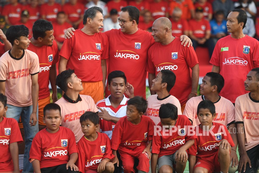 Gubernur DKI Jakarta Anies Baswedan (tengah) berbincang dengan sejumlah legenda Persija dan The Jak Mania sebelum melakukan kick off yang menandakan dimulainya pembangunan Jakarta International Stadium di Jakarta, Kamis (14/3/2019).