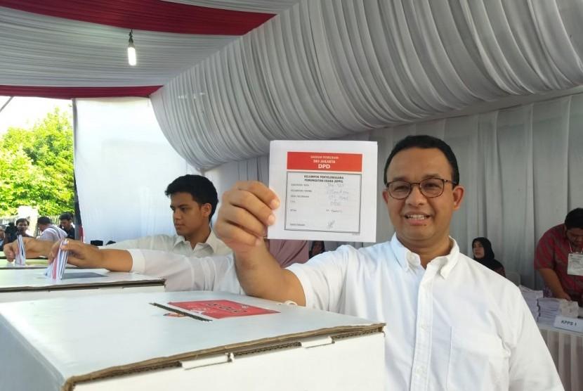 Gubernur DKI Jakarta Anies Rasyid Baswedan bersama keluarganya mencoblos di TPS 60 Lebak Bulus, Jakarta Selatan, Rabu (17/4).