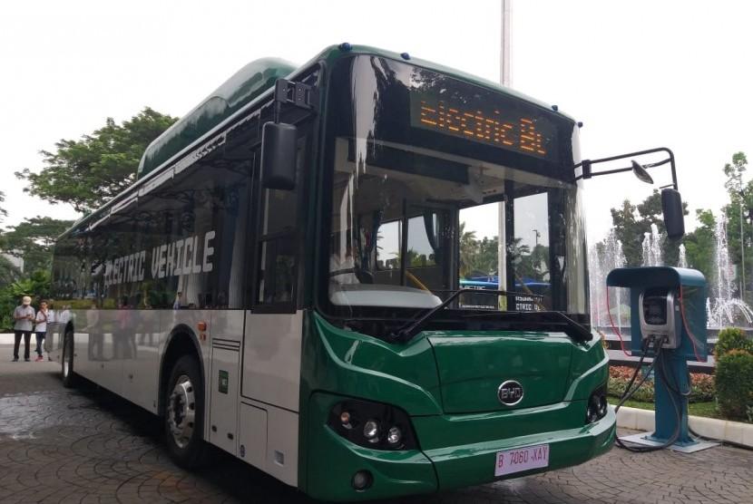 Gubernur DKI Jakarta Anies Rasyid Baswedan dan PT Transjakarta melakukan prauji coba bus listrik dari Balai Kota sampai Bundaran HI, Senin (29/4).