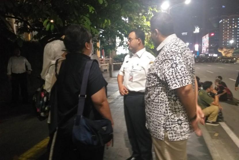 Gubernur DKI Jakarta Anies Rasyid Baswedan di depan Pullman Hotels meninjau situasi Jalan MH Thamrin, Jakarta Pusat, Rabu (22/5) malam.