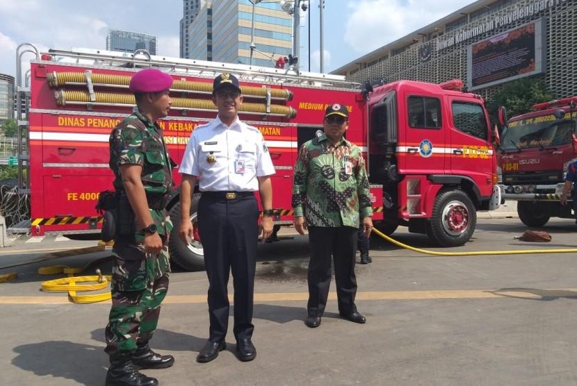 Gubernur DKI Jakarta Anies Rasyid Baswedan memantau pembersihan kawasan Jalan MH Thamrin pascademonstrasi 22 Mei, Kamis (23/5).