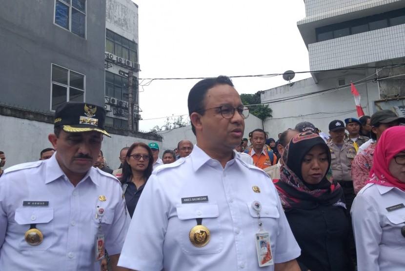 Gubernur DKI Jakarta Anies Rasyid Baswedan memantau pemungutan suara pemilu serentak di Rutan Salemba, Jakarta Pusat, Rabu (17/4).