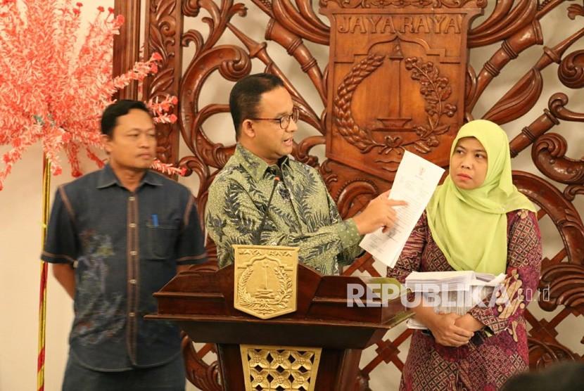 Gubernur DKI Jakarta Anies Rasyid Baswedan memberikan keterangan perihal dana bantuan kepada Pemerintah Kota Bekasi di Balai Kota DKI Jakarta, Ahad (21/10).