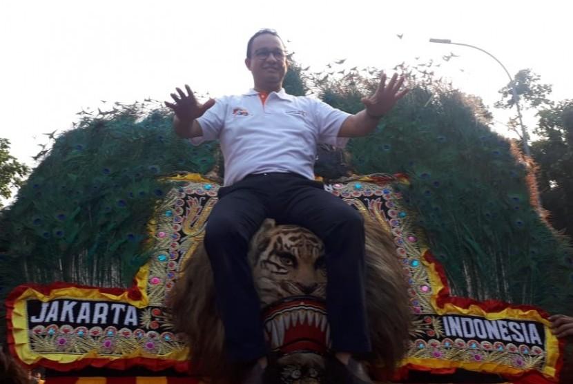 Gubernur DKI Jakarta Anies Rasyid Baswedan membuka Jakarnaval dalam rangkaian memperingati HUT ke-492 DKI Jakarta di depan Balai Kota, Jakarta Pusat, Ahad (30/6).