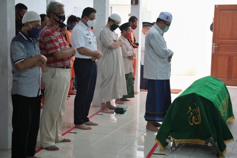 Gubernur DKI Jakarta Anies Rasyid Baswedan mengikuti sholat Jenazah di Masjid Jami