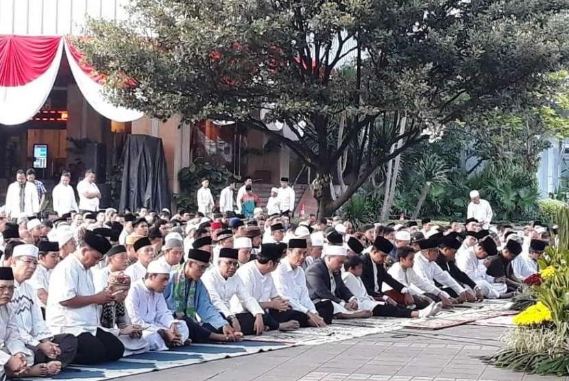 Gubernur DKI Jakarta Anies Rasyid Baswedan menjalankan ibadah Shalat Idul Adha di Balai Kota DKI, Rabu (22/8).