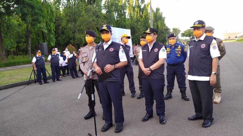 Gubernur DKI Jakarta, Anies Rasyid Baswedan, saat memberikan apresiasi kepada tim pemulasaraan jenazah Covid-19, Rabu (22/9).
