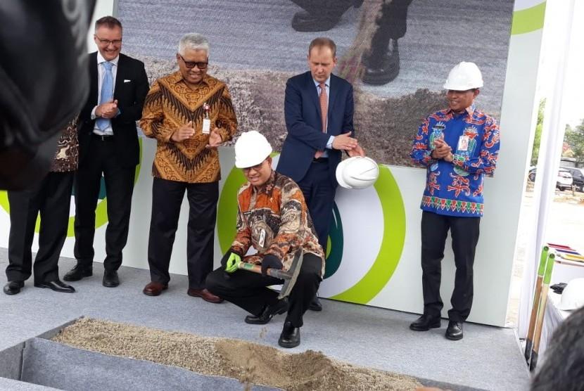 Gubernur DKI Jakarta Anies Rasyid Baswedan secara simbolis melakukan peletakan batu pertama atau ground breaking pembangunan fasilitas pengelolaan sampah terpadu Intermediate Treatment Facility (ITF) di Sunter, Jakarta Utara, Kamis (20/12).