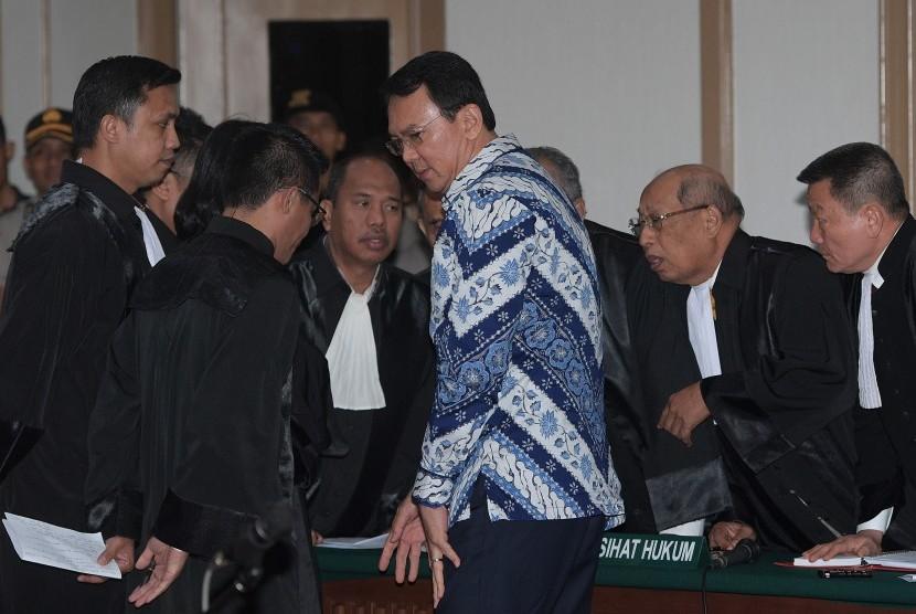 Gubernur DKI Jakarta Basuki Tjahaja Purnama atau Ahok (ketiga kanan) selaku terpidana kasus penistaan agama berbincang dengan kuasa hukumnya usai menjalani sidang putusan, Selasa (9/5).