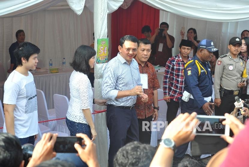 Calon Gubernur DKI Jakarta nomor urut dua Basuki Tjahaja Purnama ditemani istri dan anaknya saat akan menggunakan hak suaranya di TPS 54 Pantai Mutiara, Penjaringan, Jakarta Utara, Rabu (19/4).