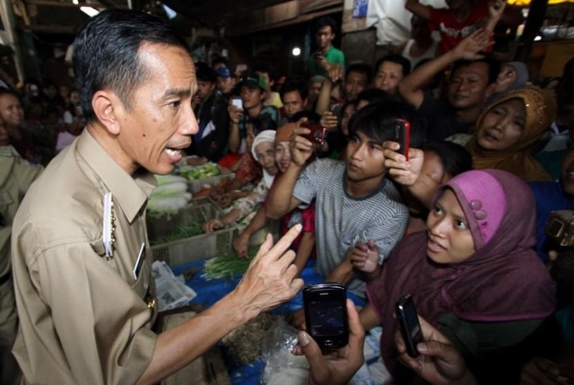 Jokowi berbincang dengan pedagang pasar (Ilustrasi)