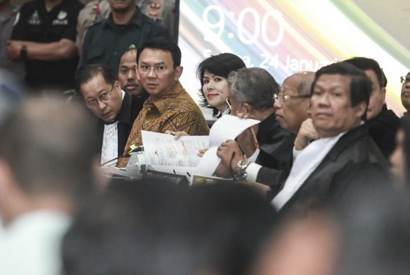 Gubernur DKI Jakarta nonaktif Basuki Tjahaja Purnama alias Ahok menjalani sidang lanjutan kasus dugaan penistaan agama di Auditorium Kementerian Pertanian, Jakarta, Selasa (24/1).