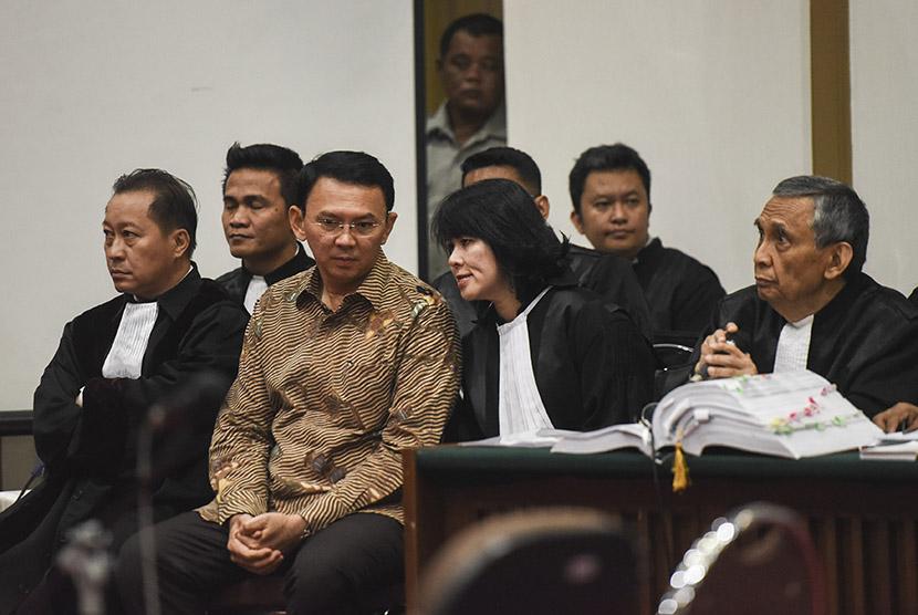 Gubernur DKI Jakarta nonaktif Basuki Tjahaja Purnama alias Ahok (kedua kiri) berbincang dengan penasehat hukumnya saat menjalani sidang lanjutan kasus dugaan penistaan agama di PN Jakarta Utara, Auditorium Kementerian Pertanian, Jakarta, Rabu (29/3).