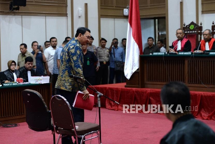 Gubernur DKI Jakarta nonaktif Basuki Tjahaja Purnama atau Ahok memasuki ruang persidangan kasus dugaan penistaan agama oleh PN Jakarta Utara di Auditorium Kementan, Ragunan, Jakarta Selatan, Selasa (4/4).