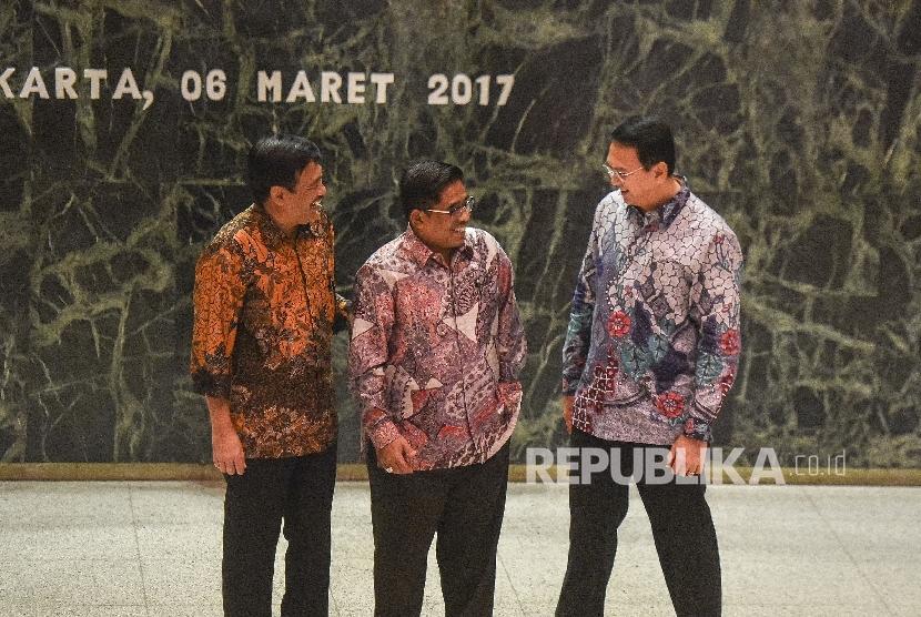 Gubernur DKI Jakarta nonaktif Basuki Tjahaja Purnama (kanan) bersama Wakil Gubernur nonaktif Djarot Saiful Hidayat (kiri) berbincang dengan Plt Gubernur DKI Sumarsono saat serah terima jabatan Plt Gubernur DKI di Balaikota, Jakarta, Senin (6/3).