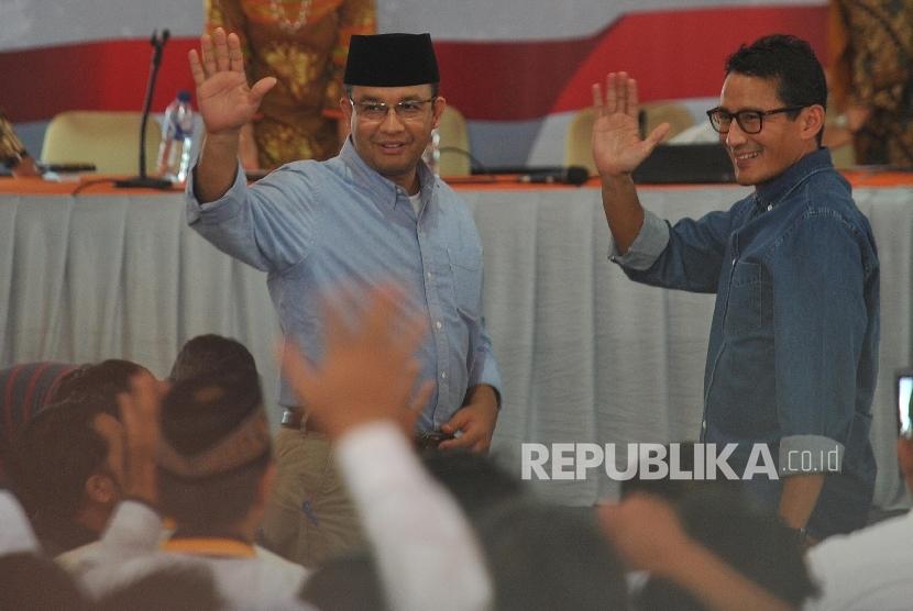 Gubernur DKI Jakarta Periode 2017-2022 Anies Baswedan dan Wakil Gubernur Sandiaga Uno menghadiri penetapan pemenang Pilkada DKI Jakarta yang digelar KPUD DKI Jakarta di kantor KPUD DKI Jakarta, Jumat (5/5).