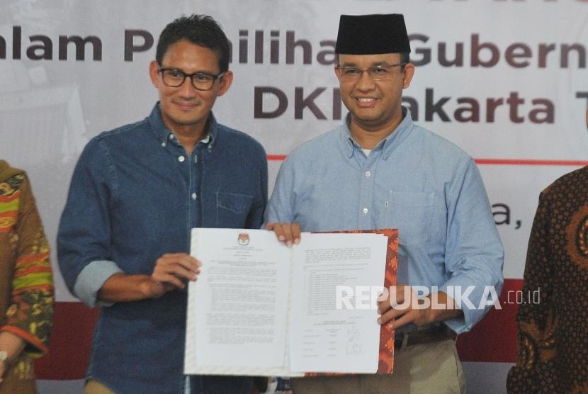 Gubernur DKI Jakarta Periode 2017-2022 Anies Baswedan dan Wakil Gubernur Sandiaga Uno menerima surat salinan penetapan pemenang Pilkada DKI Jakarta yang digelar KPUD DKI Jakarta di kantor KPUD DKI Jakarta, Jumat (5/5).