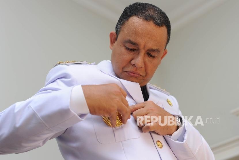 Gubernur DKI Jakarta terpilih Anies Baswedan bersiap dalam sesi fitting dan foto pakaian dinas di Kebayoran Baru, Jakarta Selatan, Kamis (12/10)