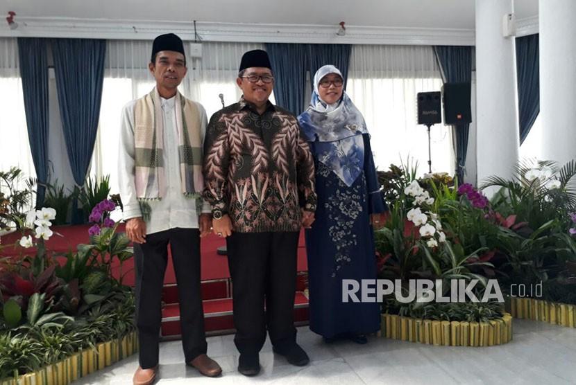 Gubernur Jabar Ahmad Heryawan (Aher) memberikan cendera mata pada Ustaz Abdul Somad usai makan siang di Rumah Dinas Gedung Pakuan, Jumat (30/3).