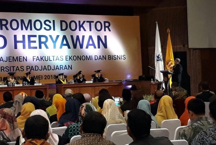 Aher Angkat Citarum Dalam Disertasi Promosi Doktor Di Unpad Republika Online