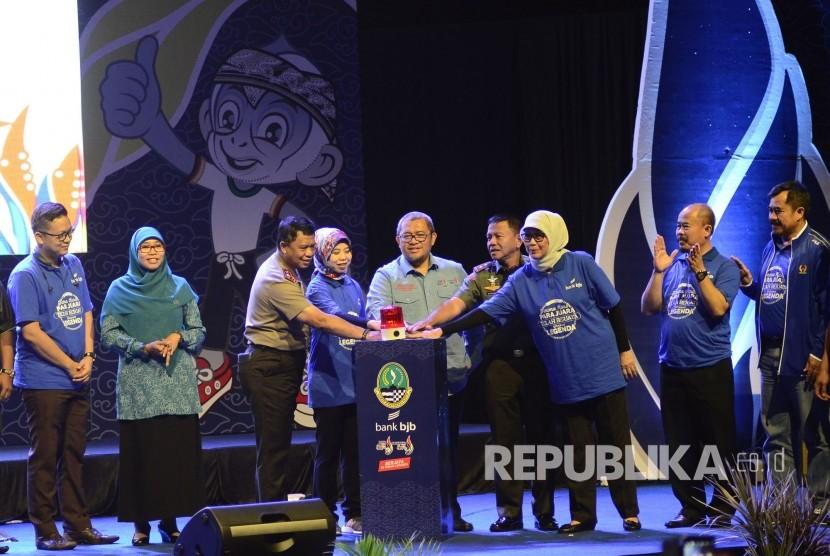 Gubernur Jabar Ahmad Heryawan bersama pihak terkait menekan tombol transfer rekening Bank BJB pada acara pemberian penghargaan