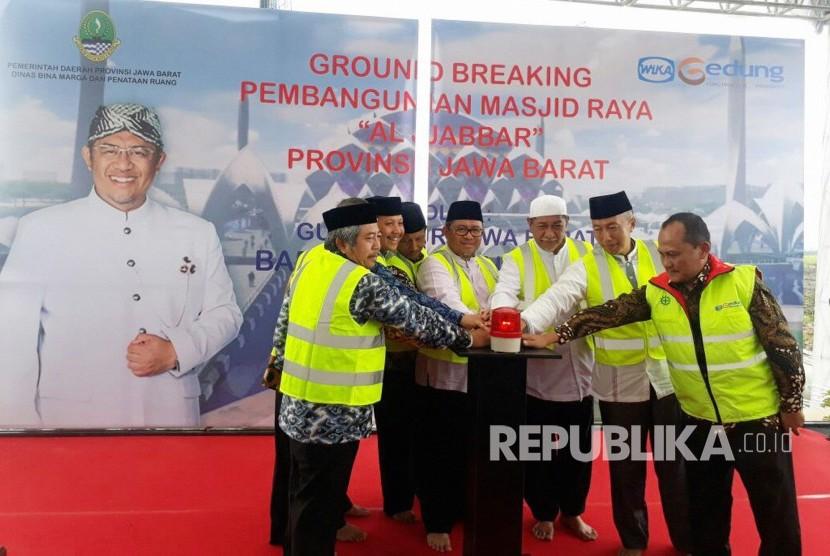 Gubernur Jabar Ahmad Heryawan didampingi sejumlah pejabat dan pihak terkait memijit tombol pada acara ground breaking Masjid Raya Al Jabbar Provinsi Jabar yang bisa menampung 60 ribu jamaah dan dibangun terapung di atas danau di Kawasan Gedebage Kota Bandung, Jumat (29/12).