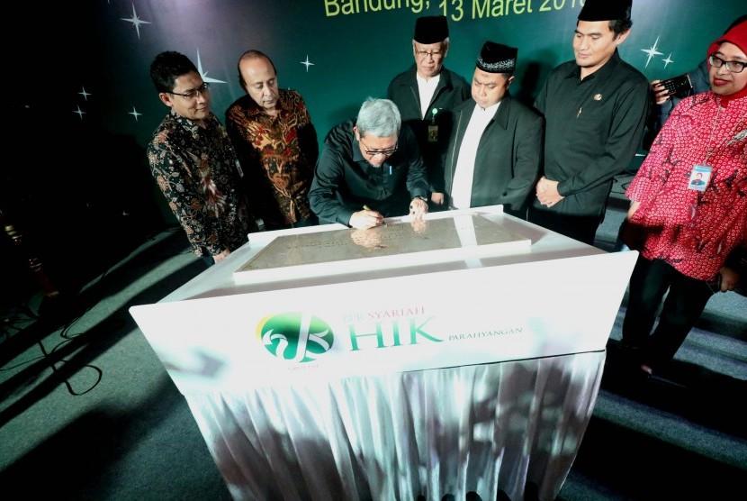 Gubernur Jabar Ahmad Heryawan (ketiga kiri) disaksikan Kepala Otoritas Jasa Keuangan (OJK) Regional 2 Jawa Barat Sarwono (kiri), Founder Harta Insan Karimah (HIK) Grup Fuad Bawazier (kedua dari kiri), Komisaris Utama PT Bank Pembiayaan Rakyat Syariah (BPRS) HIK Parahyangan Budi Yuwono, Direktur Utama BPRS HIK Parahyangan Toto Suharto, Wakil Bupati Bandung Gun Gun Gunawan, dan Direktur Departemen Kebijakan Sistem Pembayaran Bank Indonesia Sukarelawati Permana menandatangani prasasti peresmian Kantor Pusat dan Kantor Cabang Cileunyi BPRS HIK Parahyangan di Kecamatan Cileunyi, Kabupaten Bandung, Selasa (13/3).