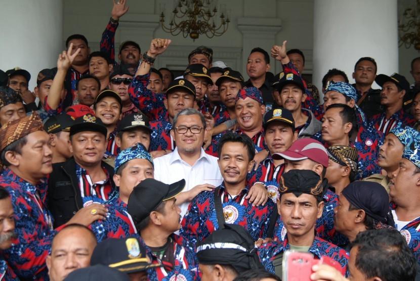 Gubernur Jabar Ahmad Heryawan (pakaian putih) dan ratusan kepala desa dalam silaturahim di Gedung Pakuan, Kota Bandung, Rabu (30/3).