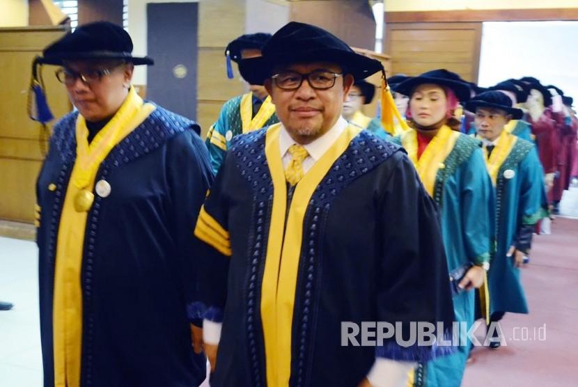 Gubernur Jabar periode 2008-2018 Ahmad Heryawan (Aher) berjalan menuju ruang wisuda saat akan diwisuda S3 Jurusan Manajemen dan Bisnis, di Aula Unpad, Kota Bandung, Selasa (31/7).