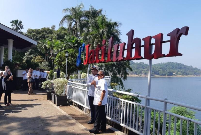 Gubernur Jabar Ridwan Kamil didampingi Direktur Utama PJT II Jatiluhur, U Saefudin Noor, saat meninjau kawasan wisata Waduk Jatiluhur, Kabupaten Purwakarta, Rabu (18/6).