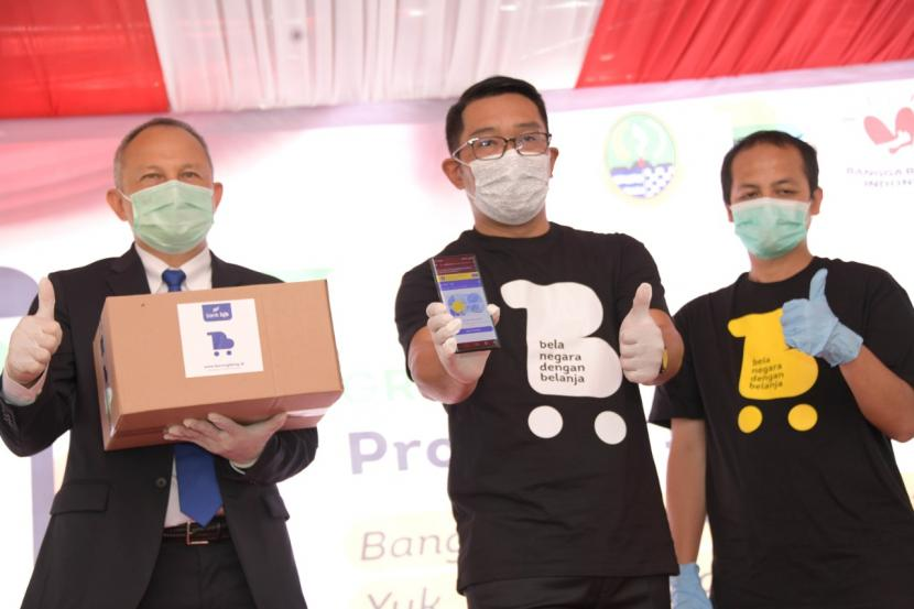 Gubernur Jabar Ridwan Kamil melakukan grand launching borongdong.id, marketplace bagi UMKM Jabar, dalam acara di Plaza Gedung Sate, Kota Bandung, Rabu (10/2/2021)