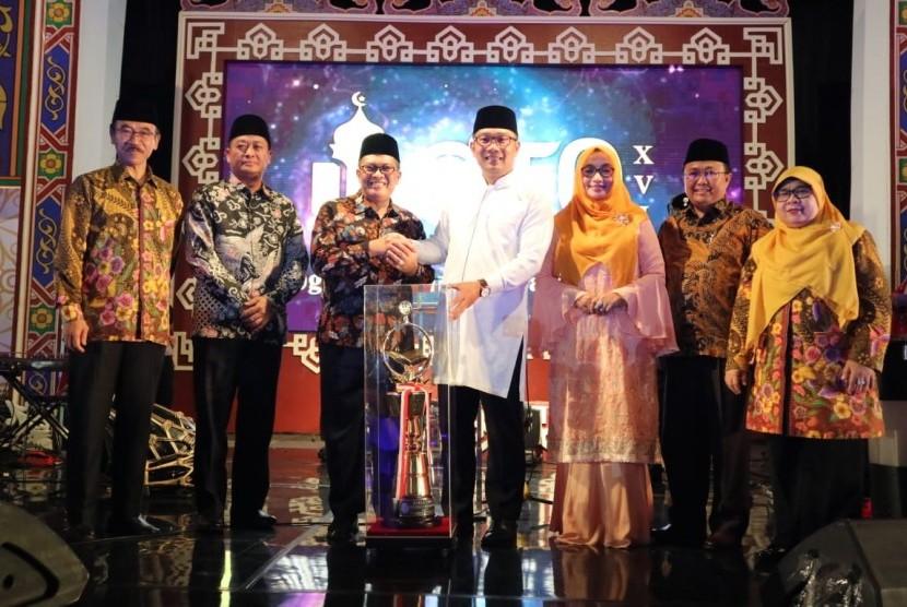Gubernur Jabar Ridwan Kamil memberikan Penghargaan ke Wali Kota Bandung Oded M Danial sebagai Juara Umum STQH XVI tingkat Jabar 2019.
