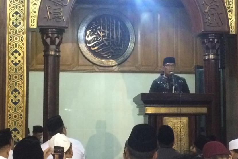 Gubernur Jabar Ridwan Kamil memberikan tausiyah seusai Subuh berjamaah di Masjid Agung Tasikmalaya, Ahad (21/4).