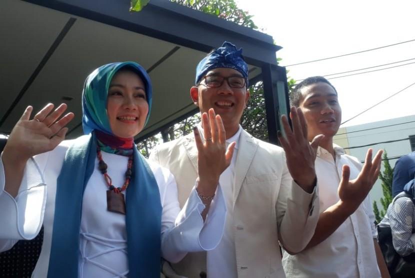 Gubernur Jabar, Ridwan Kamil menggunakan hak pilihnya di rumah pribadinya Jln Cigadung Selatan Kota Bandung atau yang sering disebut Rumah Botol. Pria yang akrab disapa Emil ini, memilih di TPS 32 ditemani oleh Istrinya Atalia Praratya, anak laki-lakinya Emmeril Khan dan mertuanya.