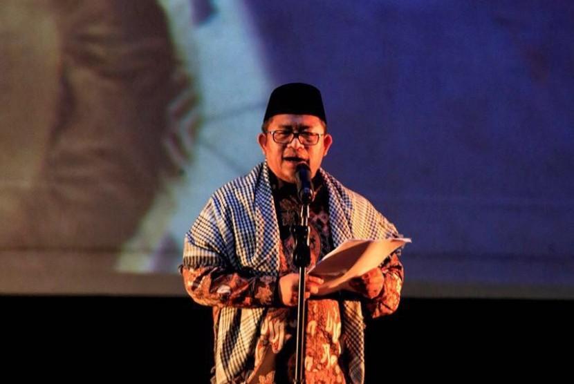 Gubernur Jabar yang juga  Ketua Majelis Syuro Persatuan Umat Islam (PUI) tengah membacakan puisi kemanusiaan karya Teungku Zulkarnaen di acara pengumpulan donasi bagi rakyat Syiria di Pusat Perfilman Usmar Ismail, Jakarta, Kamis (16/2) malam.