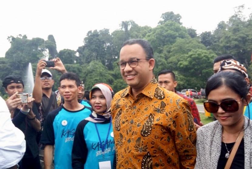 Gubernur Jakarta Anies Baswedan yang juga alumni Universitas Gadjah Mada menghadiri acara Tepang Sono dan pengukuhan pengurus Keluarga Alumni Universitas Gadjah Mada (Kagama) di Kebun Raya Bogor, kota Bogor pada Sabtu (21/10).